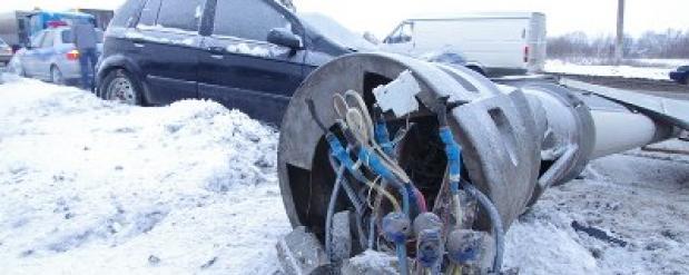 Жительница Набережных Челнов снесла фонарный столб, он упал ей на машину