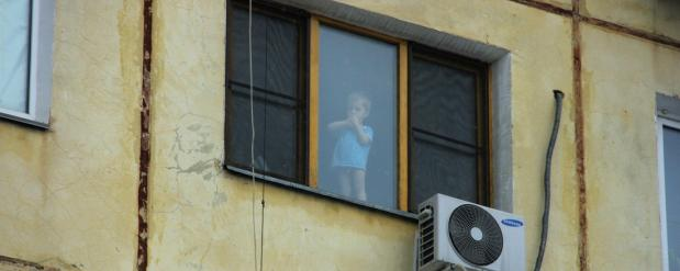 В Челнах с четвертого этажа упала годовалая девочка