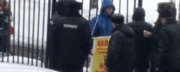 В Набережных Челнах клиенты Татфондбанка устроили пикет Ильдару Халикову